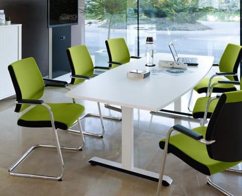 Eine Sitzgruppe mit Sedus Besucherstühle in Apfelgrün und weißem Tisch