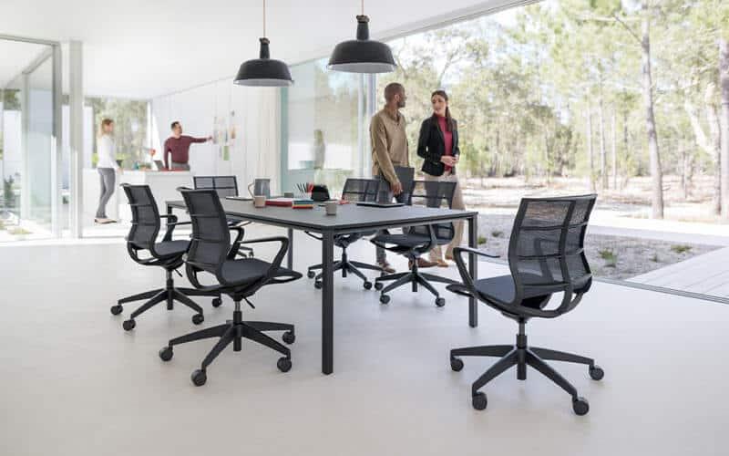 offenes Büro mit Besprechungstisch und verschiedenen Büromöbeln