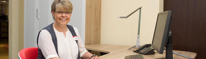Mitarbeiterin von hamelberg sitzt an einem Schreibtisch