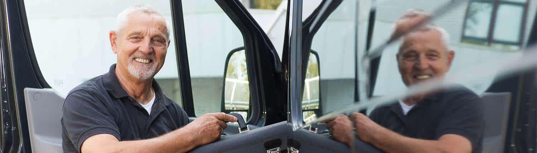 Servicemitarbeiter steigt in Fahrzeug