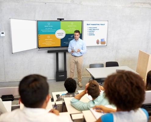 Studenten vor digitaler Tafel