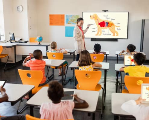 Anzeigendes Display im Klassenraum