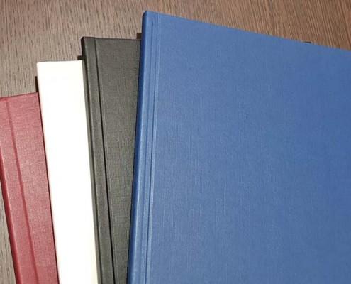 Vier Farbvarianten von Hardcover Bindungen