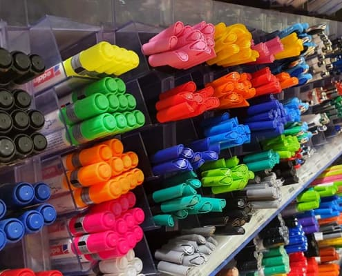Eine große Auswahl an bunten Stiften